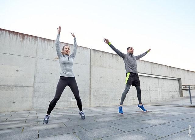 Foto de una pareja saltando al aire libre