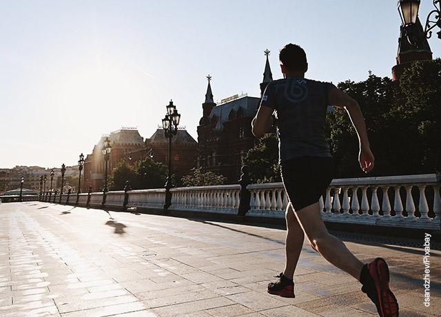 Foto de una persona corriendo en la calle