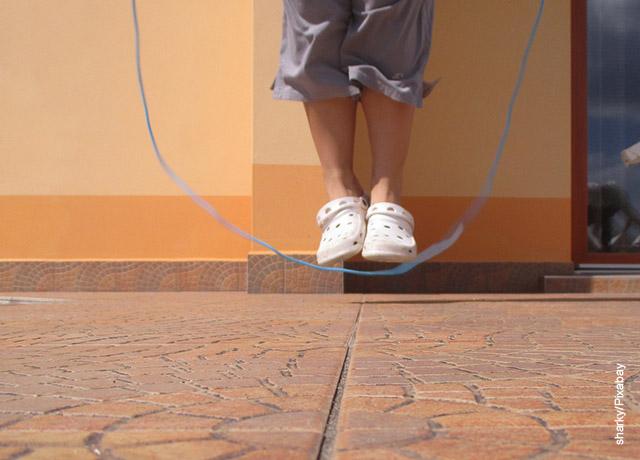 Foto de una persona saltando lazo que revela los ejercicios de velocidad en casa