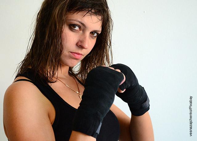 Foto de una mujer que practica kickboxing
