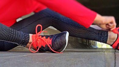 Foto de una mujer amarrando sus zapatos que ilusttra los ejercicios de velocidad en casa