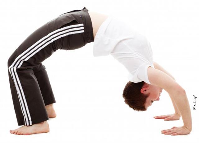 Foto de una mujer parada de manos que muestra los ejercicios lumbares