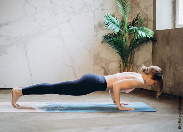 Foto de una mujer haciendo flexiones de pecho