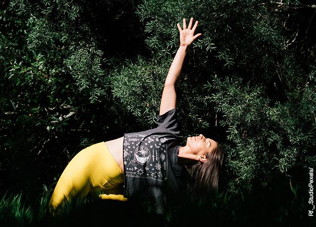 Foto de una mujer haciendo yoga
