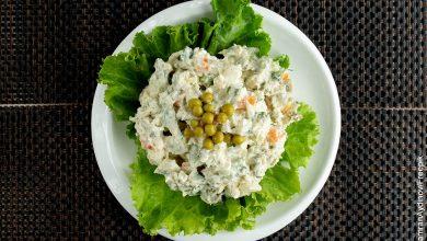 Foto de un plato de ensalada rusa que muestra su receta