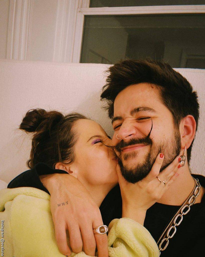 Foto de Evaluna besando en la mejilla a su esposo Camilo