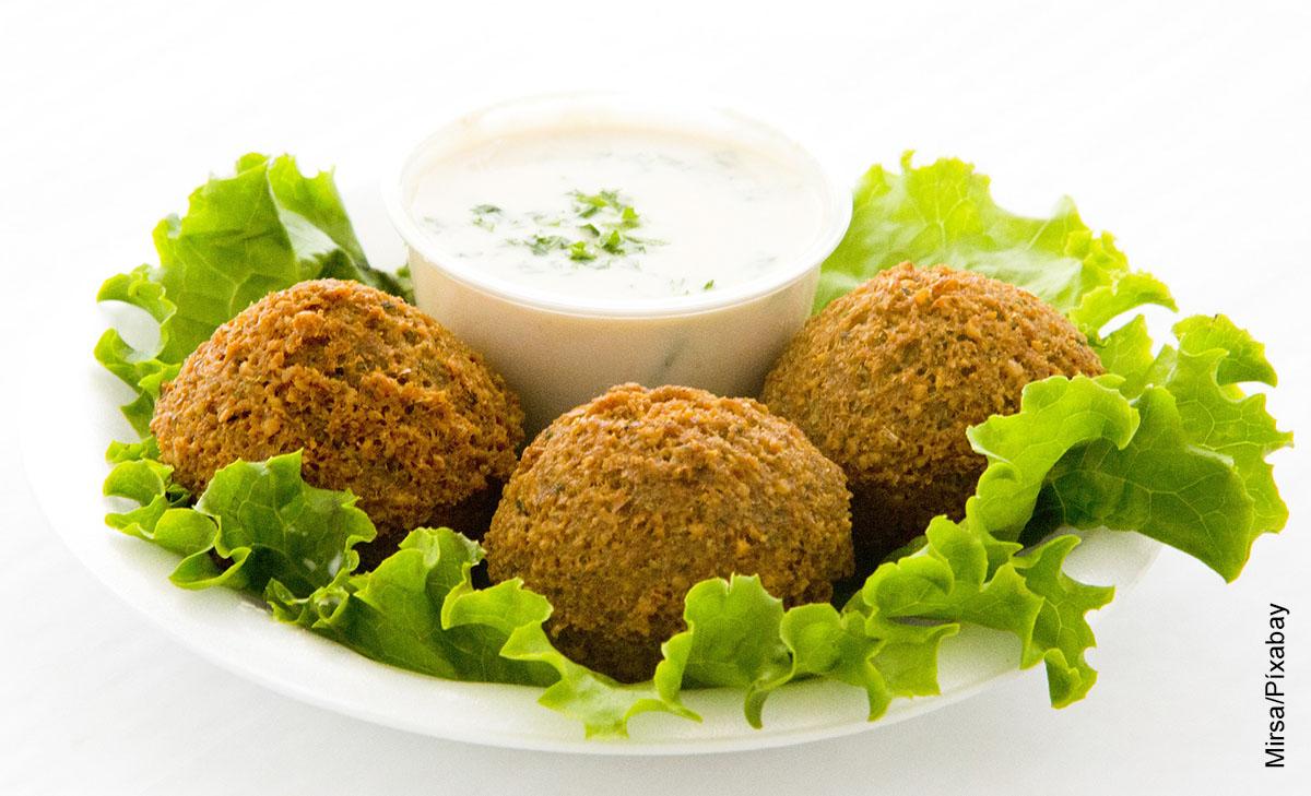 Foto de croquetas fritas que ilustran el falafel y su receta