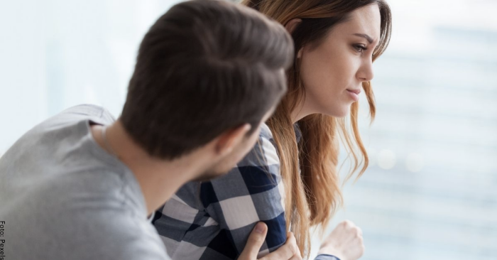 Foto de un hombre hablando con una mujer triste