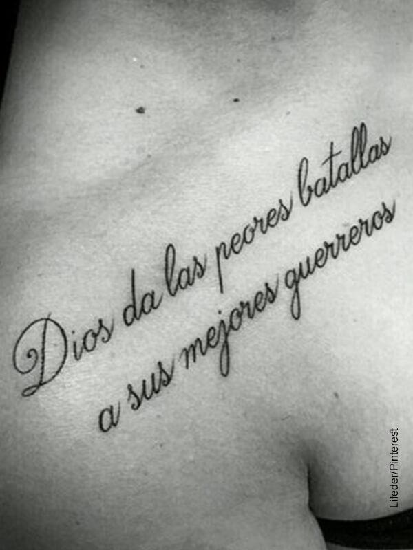 Foto de una frase tatuada en la calvícula de una mujer