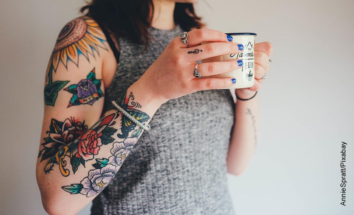 Foto de una mujer tomando café que muestra las frases para tatuajes en español
