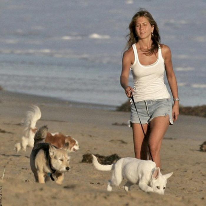 Foto de Jennifer Aniston sacando a pasear sus perros
