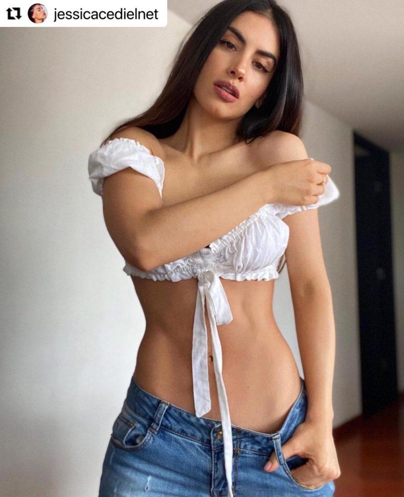 Jessica Cediel en crop top y jeans