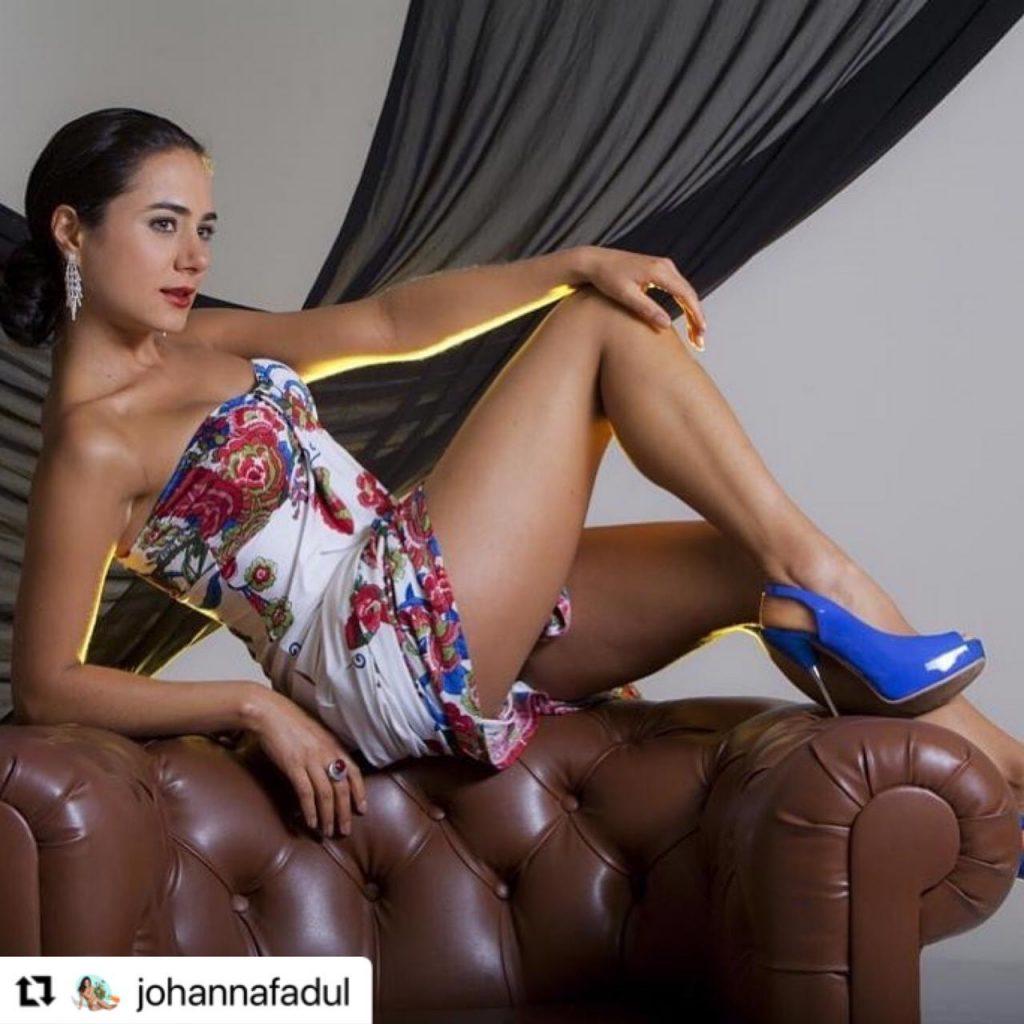 Johanna Fadul en vestido de colores y tacones azules.