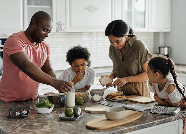 Foto de una familia haciendo el desayuno junta