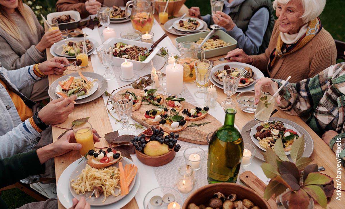 Foto de una familia sentada a la mesa cenando que muestra los juegos de hacer comida