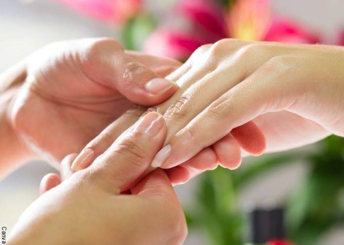 Foto de una mujer masajeando las uñas de otra