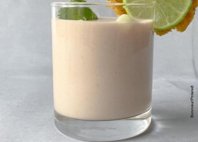 Foto de un vaso lleno de leche de tigre