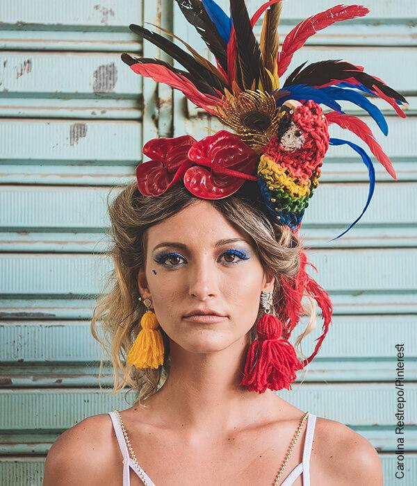 Foto de una mujer con traja de fiesta y carnaval