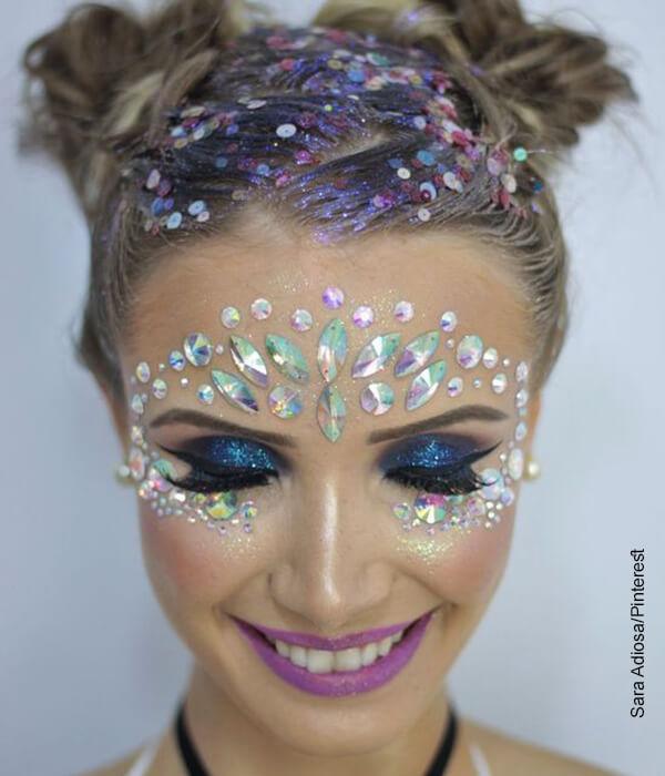 Foto de una mujer con maquillaje de fiesta