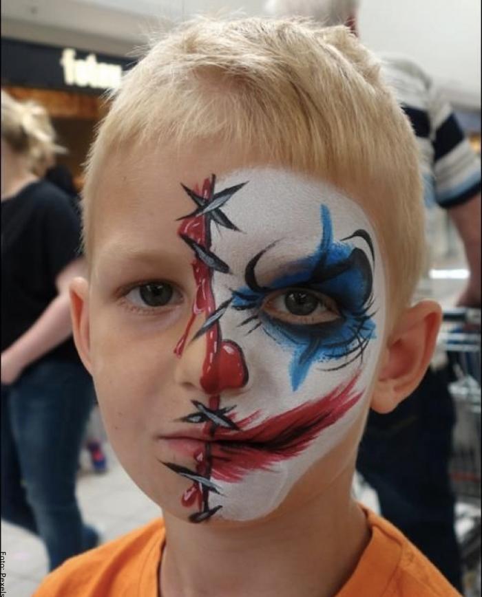 Foto de un niño con maquillaje de payaso