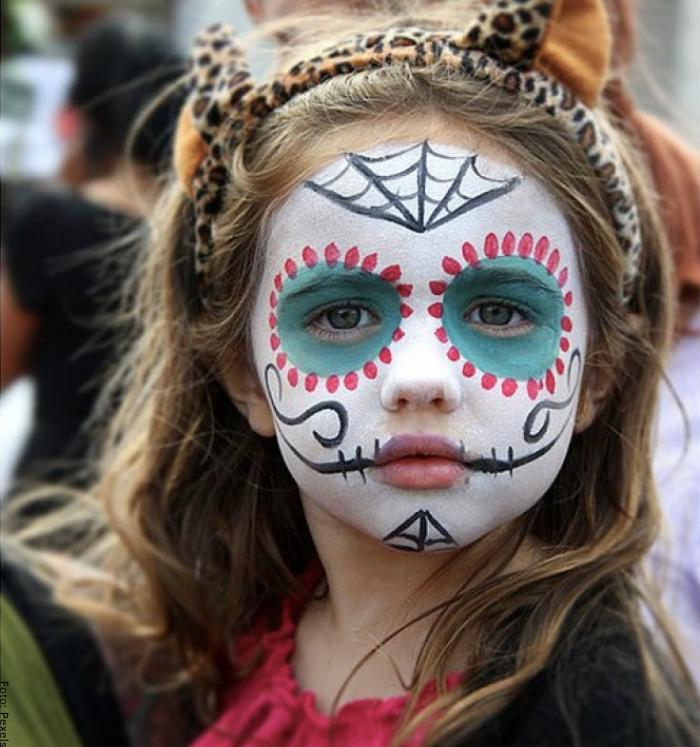 Foto de una niña con maquillaje de catrina