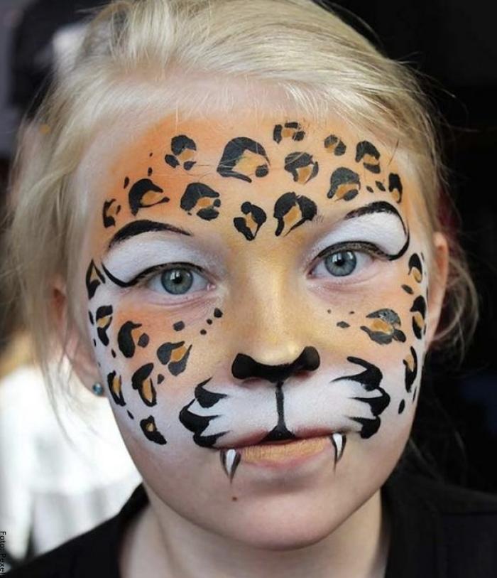 Foto de una niña con maquillaje de tigresa