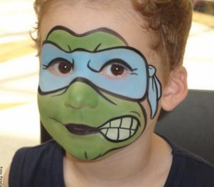 Foto de un niño con maquillaje de tortuga ninja