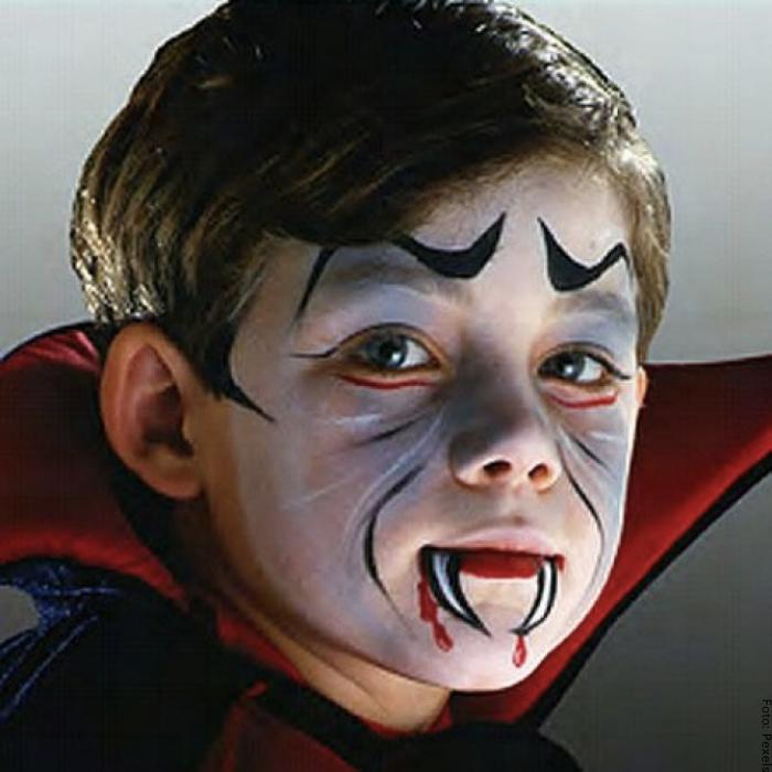 Foto de un niño con maquillaje de Drácula