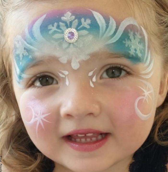 Foto de una niña con maquillaje de princesa
