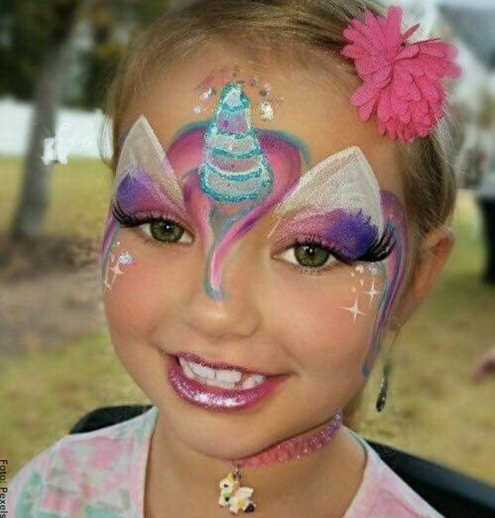 Foto de una niña con maquillaje de unicornio