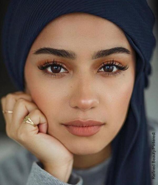Foto de una mujer joven que muestra el maquillaje de ojos para morenas