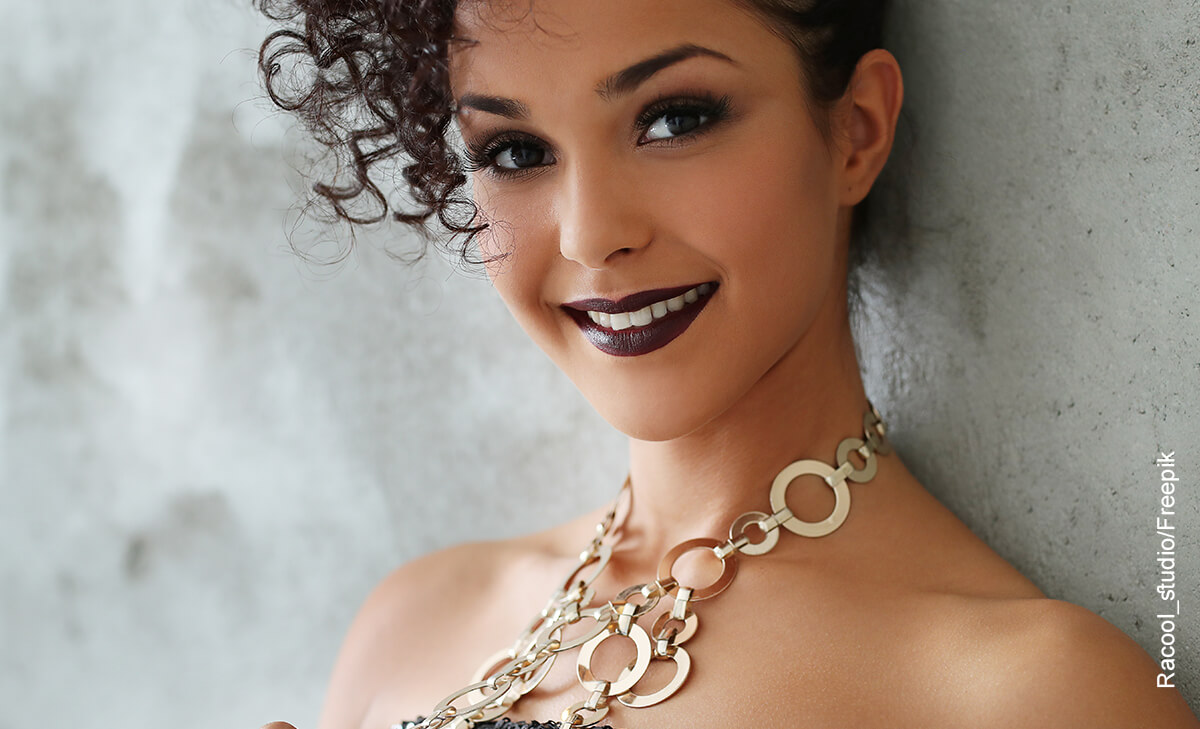 Foto de una mujer sonriendo que ilustra el maquillaje de ojos para morenas