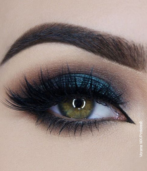 Foto del ojo de una mujer con maquillaje azul