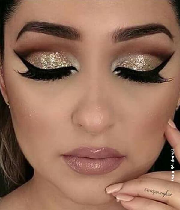 Foto de una modelo con maquillaje para ojos de noche