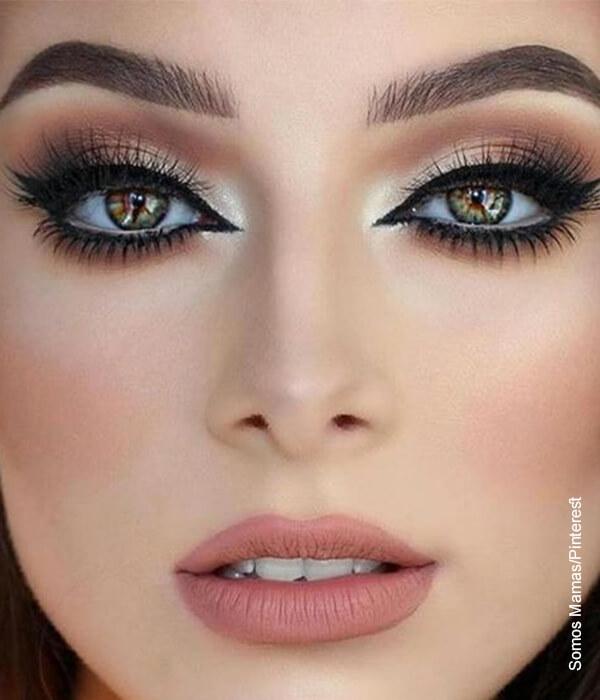 Foto del rostro de una modelo con maquillaje profesional