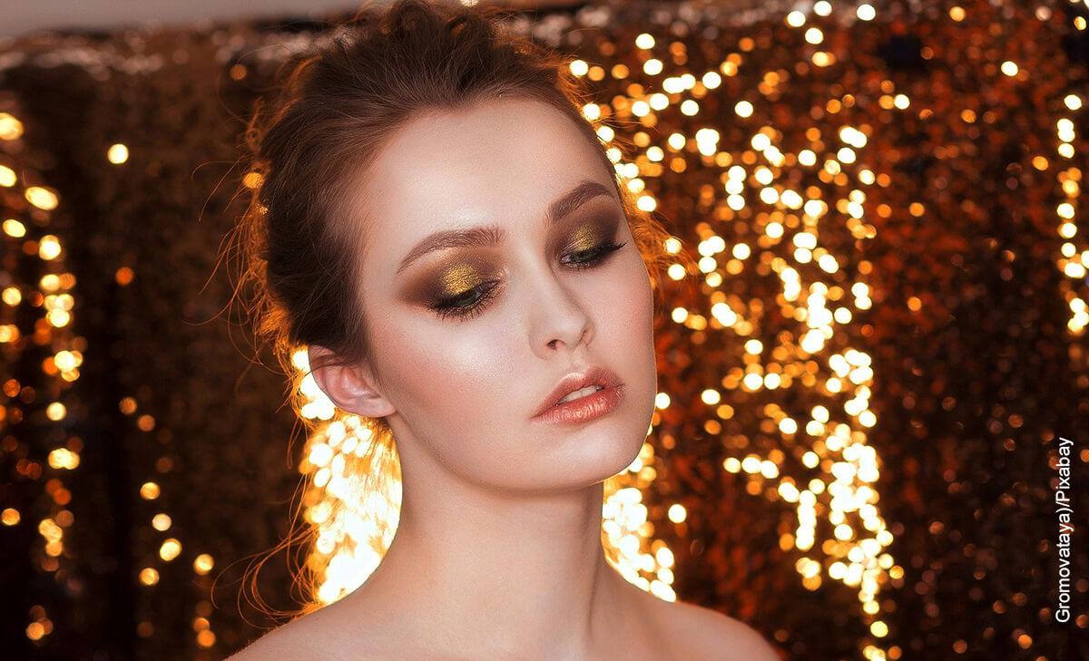 Foto de una modelo que luce un maquillaje para ojos de noche