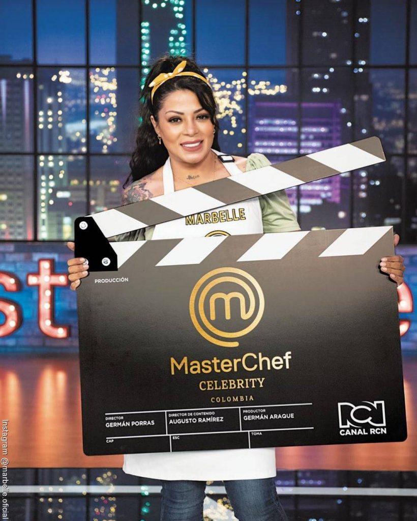 Foto de Marbelle sosteniendo un cartel de su participación en Masterchef Celebrity