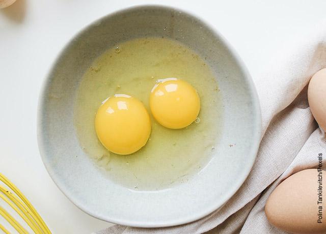 Foto de dos huevos en una taza
