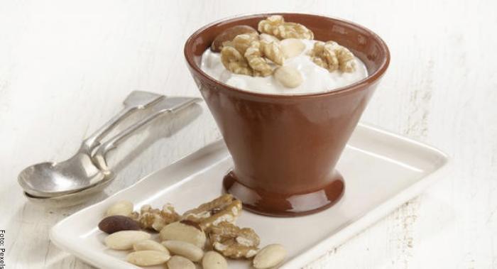 Foto de merienda de yogurth griego con almendras
