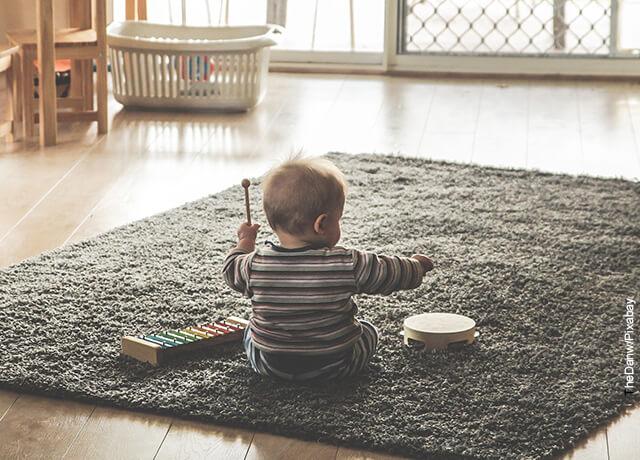 Foto de un niño sentado