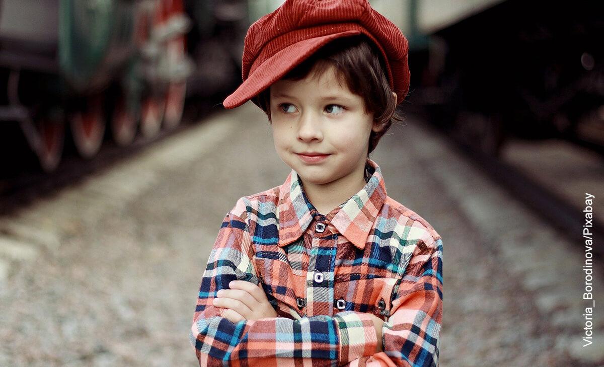 Foto de un niño cruzado de brazos que muestra los nombres para niños