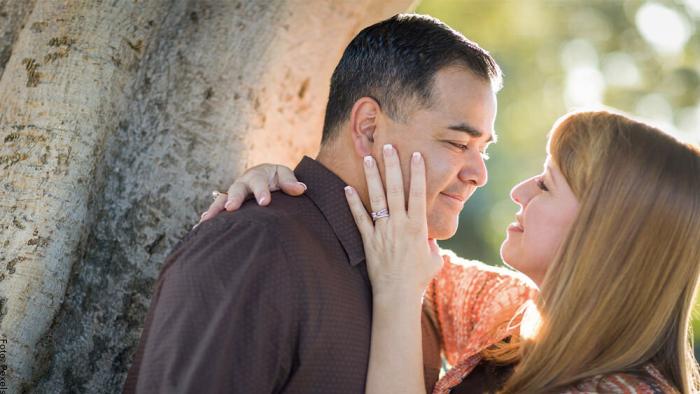 Foto de una pareja mirándose a los ojos fijamente