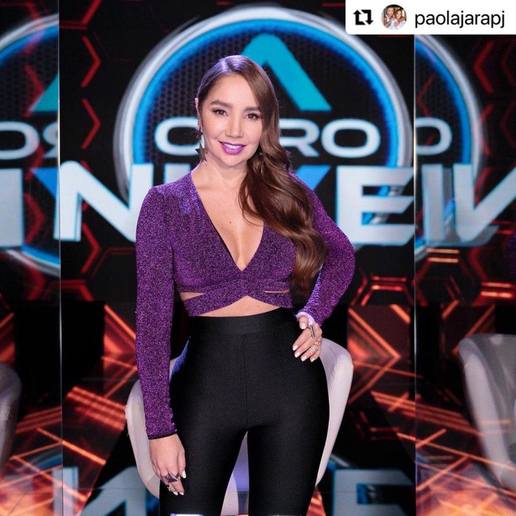Paola Jara mostrando su outfit de blusa morada y pantalón negro en A otro nivel.