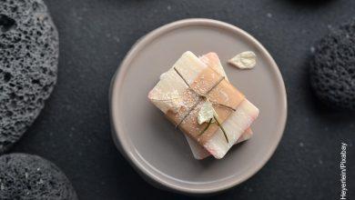 Foto de una barra de jabón blanca que ilustra para qué sirve el jabón de azufre
