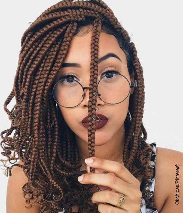 Foto de una modelo posando que muestra los peinados con trenzas africanas