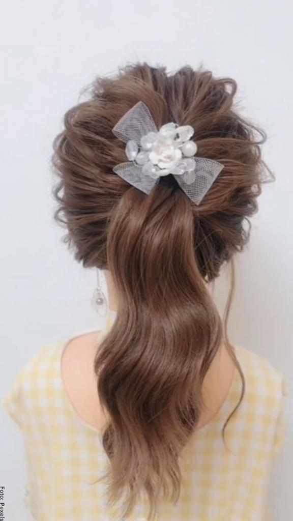 Foto de una niña con peinado de coleta