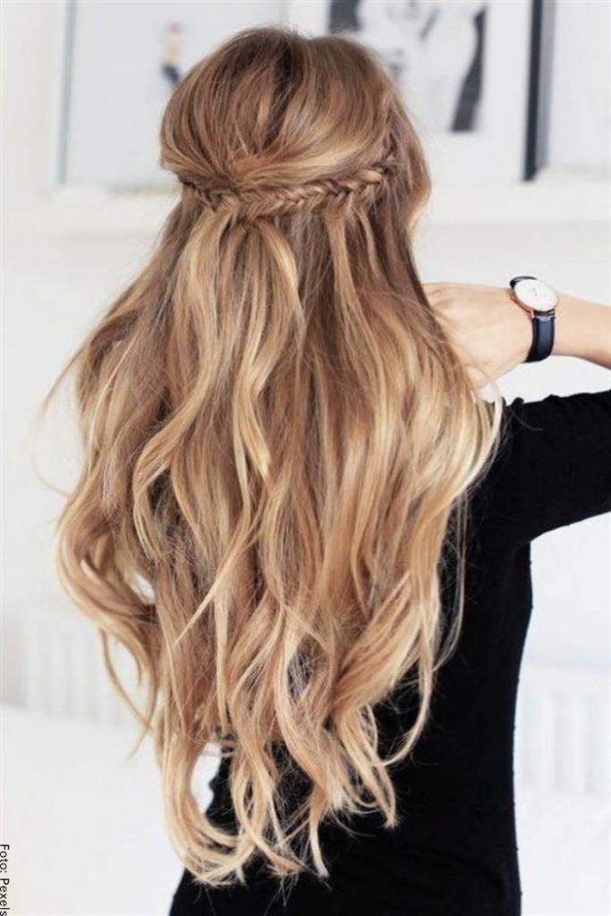 Foto de una mujer con peinado sencillo en cabello largo