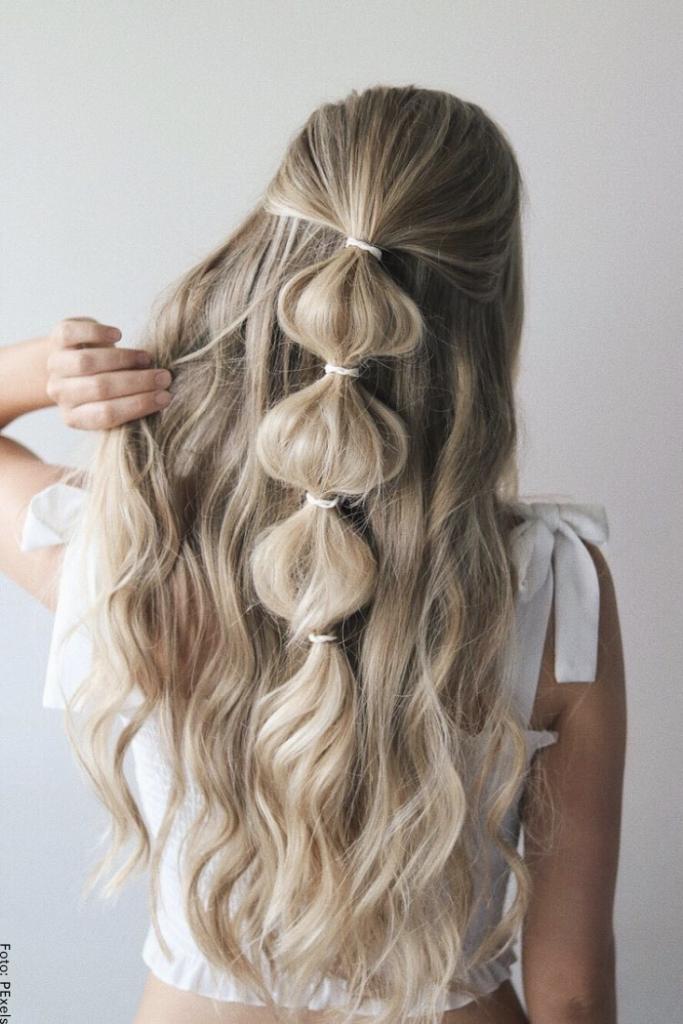 Foto de una mujer con peinado sencillo de cabello largo