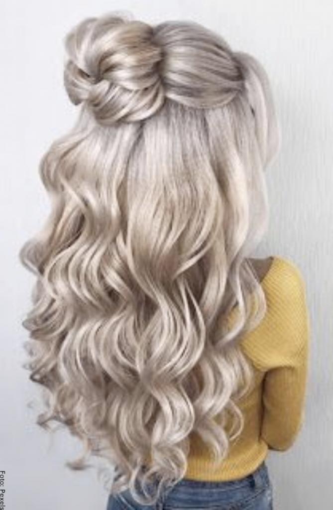 Foto de una mujer con cabello largo y peinado sencillo