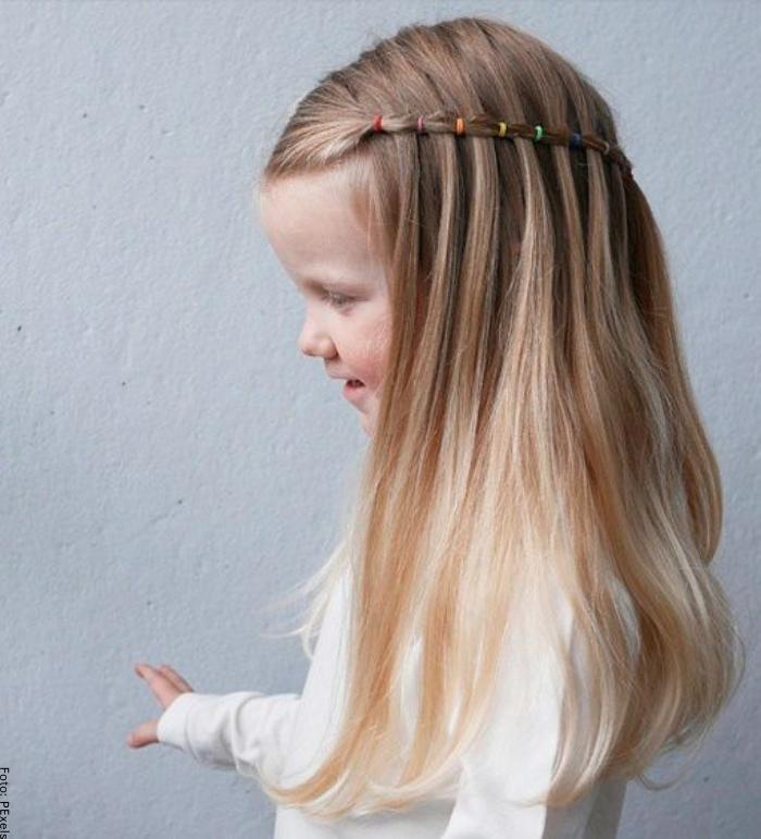 Foto de una niña con peinado de medias trenzas